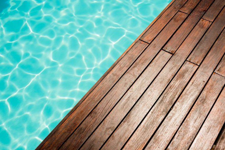Comment entretenir une piscine semi-enterrée ?