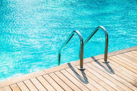 Zoom sur la piscine en bois