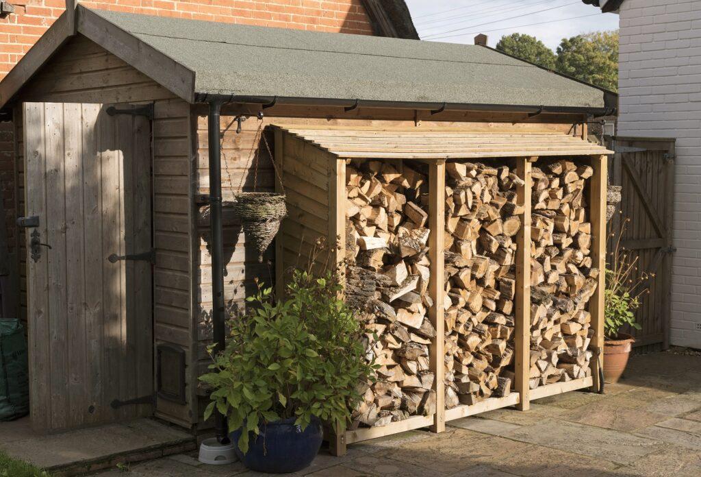 petit cabanon dans une cour avec stockage de bois
